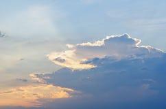 Blåa himlar med några moln i himlen är ljusa Royaltyfri Bild