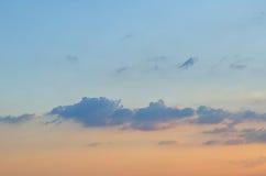 Blåa himlar med några moln i himlen är ljusa Arkivfoton