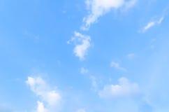 Blåa himlar med några moln i himlen är ljusa Royaltyfri Fotografi