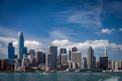 Blåa himlar med wispy moln över den San Francisco horisonten som visar de två mest berömda byggnaderna som ser från över fotografering för bildbyråer