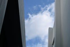 Blåa himlar mellan byggnader Arkivfoton