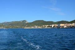 Blåa himlar och crystal blått vatten i Mallorca Arkivfoto