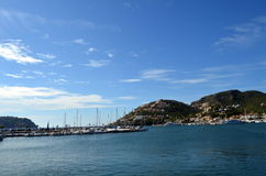 Blåa himlar och crystal blått vatten i port Andratx Mallorca Royaltyfri Fotografi
