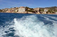 Blåa himlar och crystal blått vatten på ett fartyg i Mallorca Royaltyfri Bild