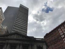Blåa himlar och moln över 9na & i stadens centrum Cleveland Arkivbilder