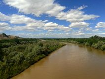 Blåa himlar ovanför Rio Grande Arkivbilder