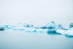 Blåa isberg i Jokulsarlon den is- lagun, södra Island Royaltyfria Foton