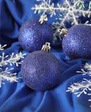 Blåa julbollar Arkivfoto
