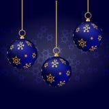 Blåa julbollar med den guld- prydnaden som hänger på blå bakgrund Stock Illustrationer