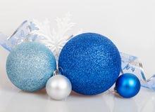 Blåa julbollar med den vita snöflingan Royaltyfri Bild