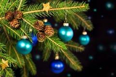 Blåa julbollar på en filial Royaltyfri Bild