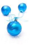 Blåa julbollar som isoleras på vit bakgrund Arkivfoto