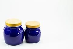 Blåa keramikkrus som isoleras på vit bakgrund Royaltyfri Fotografi