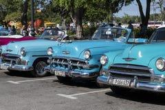Blåa klassiska bilar i linjen, havannacigarr, Kuba Royaltyfri Foto