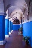 blåa kolonnklosterväggar Arkivfoto