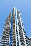 Blåa konkreta balkonger upp och vitt andelsfastighettorn royaltyfri bild