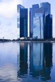 Blåa kontorsbyggnader i område för central affär Arkivbild
