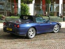 Blåa konvertibla Ferrari med den svarta mjuka överkanten Royaltyfri Bild