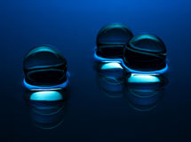 Blåa kristallkulor i vattnet - abstrakt bakgrund Arkivbild