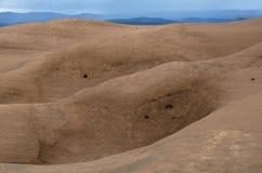 Blåa kullar utöver sandsten Arkivbild