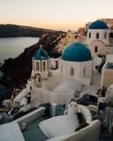 Blåa kupoler av Oia efter solnedgången, Santorini, Grekland Royaltyfri Fotografi