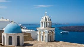 Blåa kupoler i Fira, Santorini Royaltyfria Bilder
