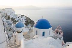 Blåa kupoler i Santorini royaltyfria foton