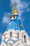 Blåa kupoler med guld- kors av den ortodoxa kyrkan Arkivfoton