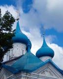 Blåa kupoler med guld- kors mot himlen Gorokhovets Arkivbilder