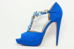 Blåa kvinnors sko på den höga hälet Royaltyfria Bilder
