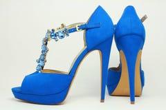 Blåa kvinnors skor på höga häl Arkivfoto