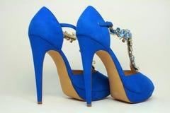 Blåa kvinnors skor på höga häl Fotografering för Bildbyråer