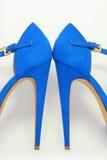 Blåa kvinnors skor på höga häl Royaltyfria Foton