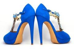 Blåa kvinnors skor på höga häl royaltyfria bilder