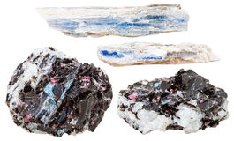 Blåa kyanitekristaller vaggar in isolerat på vit Royaltyfria Bilder