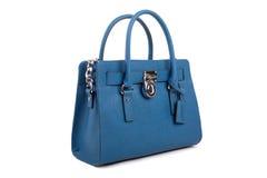 Blåa läderkvinnors handväska på vit bakgrund Royaltyfri Foto