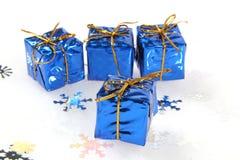 blåa lilla julgåvor royaltyfria foton