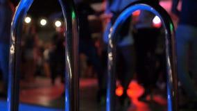 Blåa ljus i den near pölen för nattklubb, när folket dansar suddigt lager videofilmer