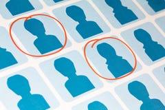 Blåa Male och kvinnligkandidater som väljs i Red Arkivbild