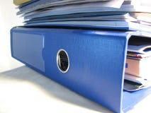blåa mappar Arkivfoto