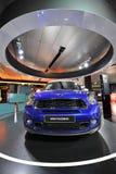 Blåa Mini Paceman på skärm i BMW bården Fotografering för Bildbyråer