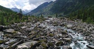 Blåa Multinsky sjöar i sommar i Augusti, skott på surret, Altai, Ryssland stock video
