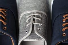 Blåa och gråa gymnastikskor Fotografering för Bildbyråer