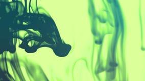 Blåa och gröna färgpulverflöden stock video