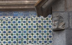 Blåa och gröna tegelplattor på väggen i Sintra Portugal royaltyfria foton