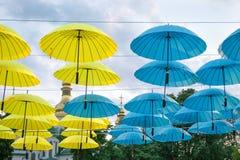 Blåa och gula paraplyer Fotografering för Bildbyråer