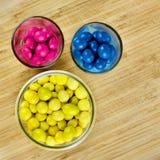 Blåa och gula sötsaker för rosa färger Royaltyfria Bilder