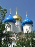 Blåa och guld- kupoler av antagandet i Sergiev Posad Fotografering för Bildbyråer