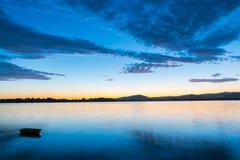 Blåa och guld- toner Tauranga för härlig soluppgång Arkivfoton