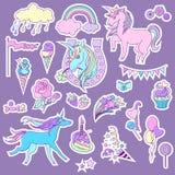 Blåa och rosa enhörningar med sötsakrosor för klistermärkear Royaltyfri Fotografi